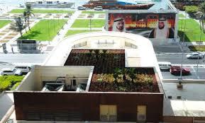 الصورة لمبنى بلدية دبي الرئيسي وتظهر اضافة مسطحات خضراء لسطح المبنى