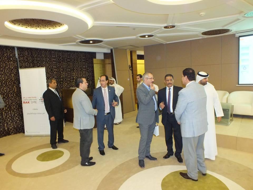 جانب من المناقشات الجانبية مع السادة ادارة المركز ومدير المعهد العربي